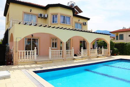 5 minutes to Kyrenia center seaside villa Regency sleeps up to 8 pax - Karakum - Villa