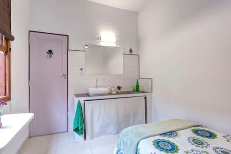 Quarto Single Exterior + Banheiro Privativo. - São Paulo