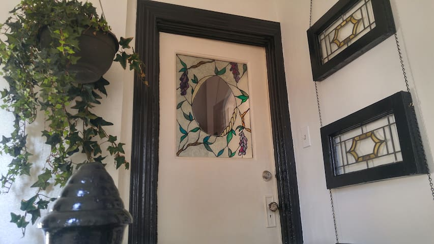 "Cottonwood Inn  ""Personal Hotel w Victorian Charm"""