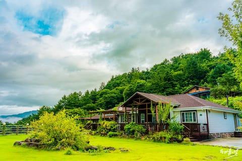 지리산 천왕봉, 지리산 자락길 근처 자연속 예쁘고 편안한 숙소(1호실-원룸) 천상화원 펜션