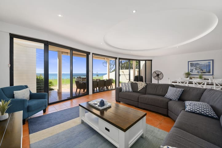 Villa Provence Coffs Harbour 5 bedrooms, stunning views, short stroll to the beach