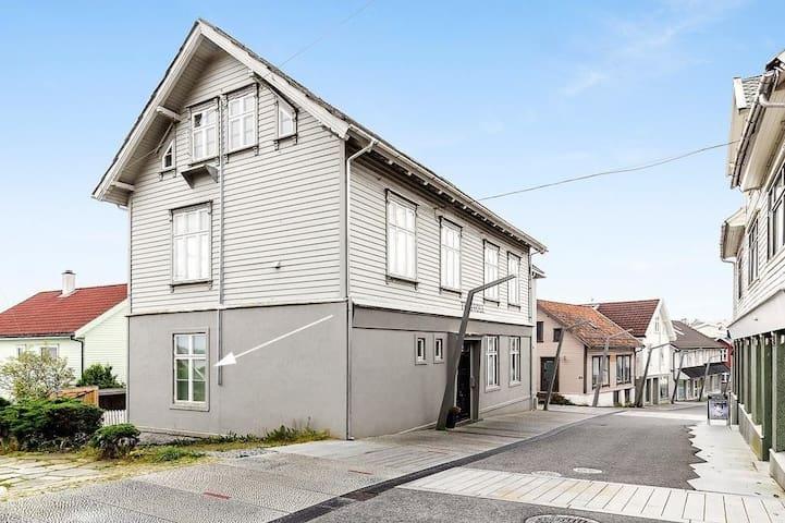 Fin leilighet sentralt i Leirvik sentrum