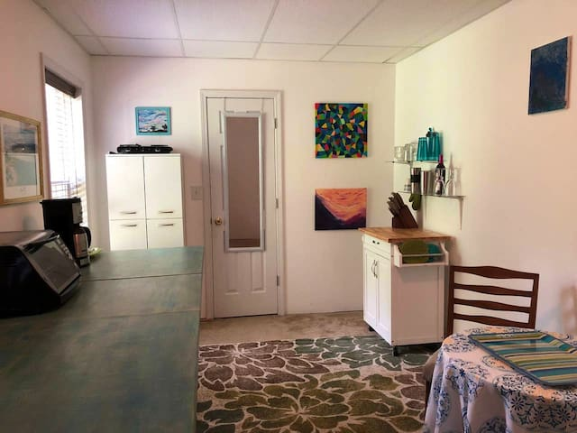Artsy Private Basement Apt. near Travelers Rest
