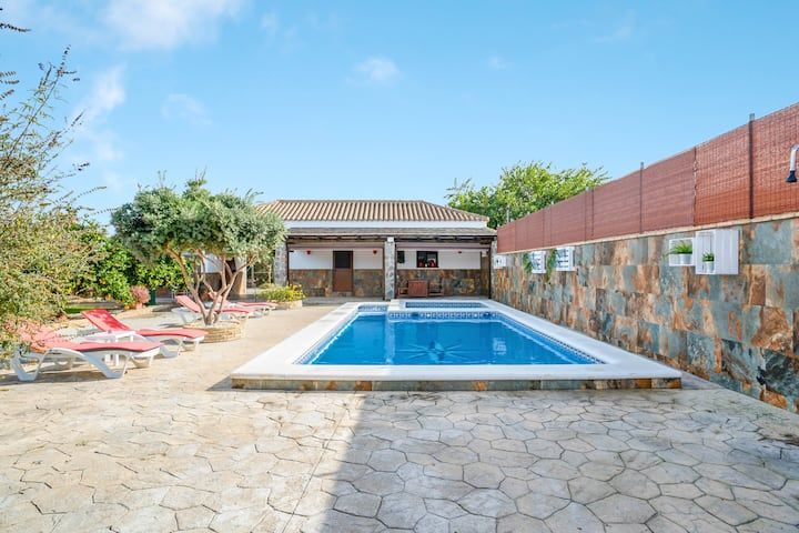 Peaceful Home El Descansito with Pool, Patio, Garden, Wi-Fi & Air Conditioning; Parking Available