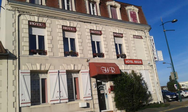 CHAMBRE AVEC SALLE DE BAIN COMMUNE