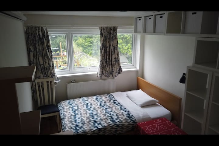 Bed near Wimbledon Tennis, Putney/Southfields Tube