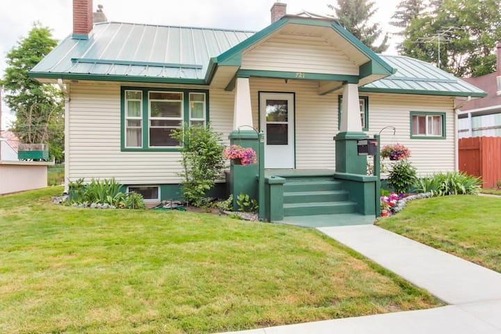 Sunflower Cottage -Timeless Downtown Charmer