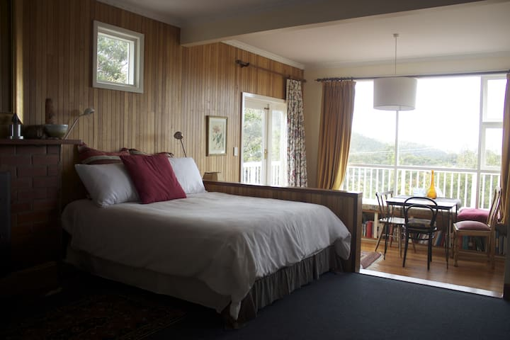 Space, views and comfort.  Delightful! - South Hobart - Casa