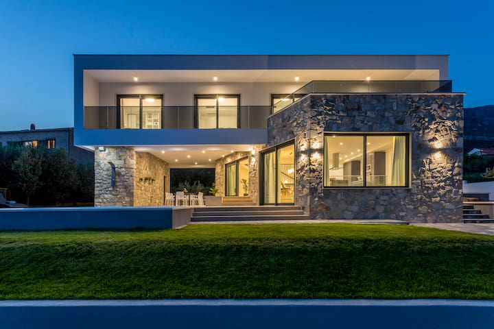 Villa Noni - heated pool, sea view, bbq & garage