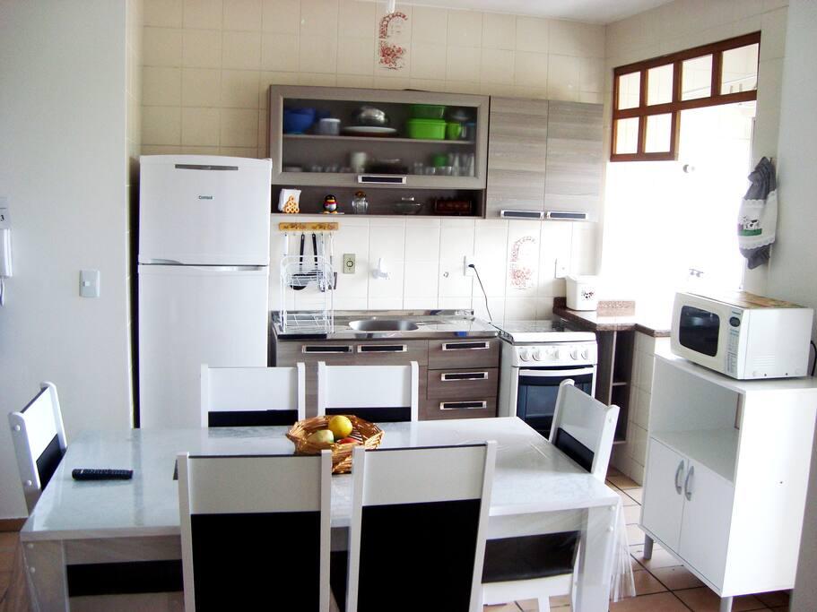 Cozinha completa.