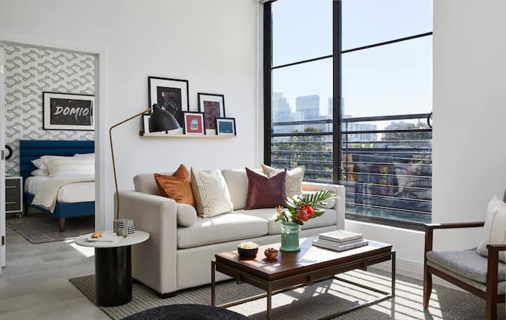 Domio Wynwood | Designer One Bedroom + Den Suite | Laundry + Pool + Gym