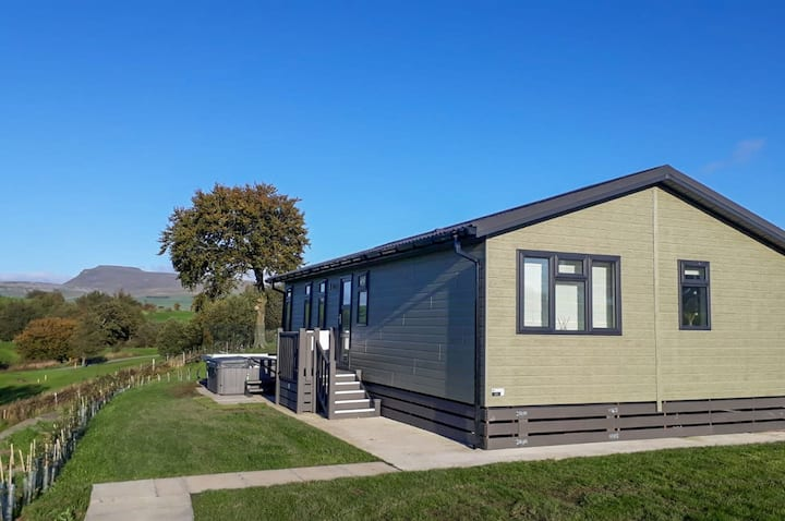 Kingsdale Lodge - Situated on a golf-course, with outdoor hot tub