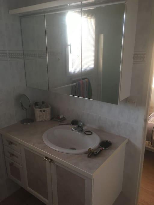 Salle de bain séparée de la chambre