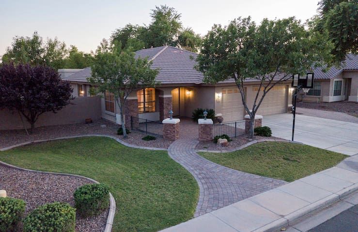 Chandler Luxury pool 4bd/10 beds high end