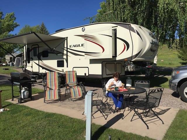 "2016 ""retired"" 5th wheel feels like home. - Lorena - Trailer"