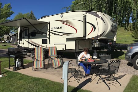 "Spacious 2016 ""retired"" 5th wheel feels like home. - Lorena"