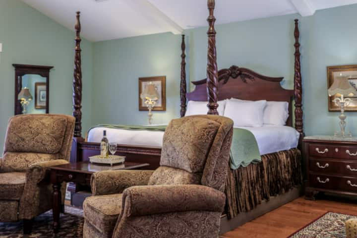 Victorian Mansion Carriage House   King Bed   In Town   Shared Hot Tub/Pool