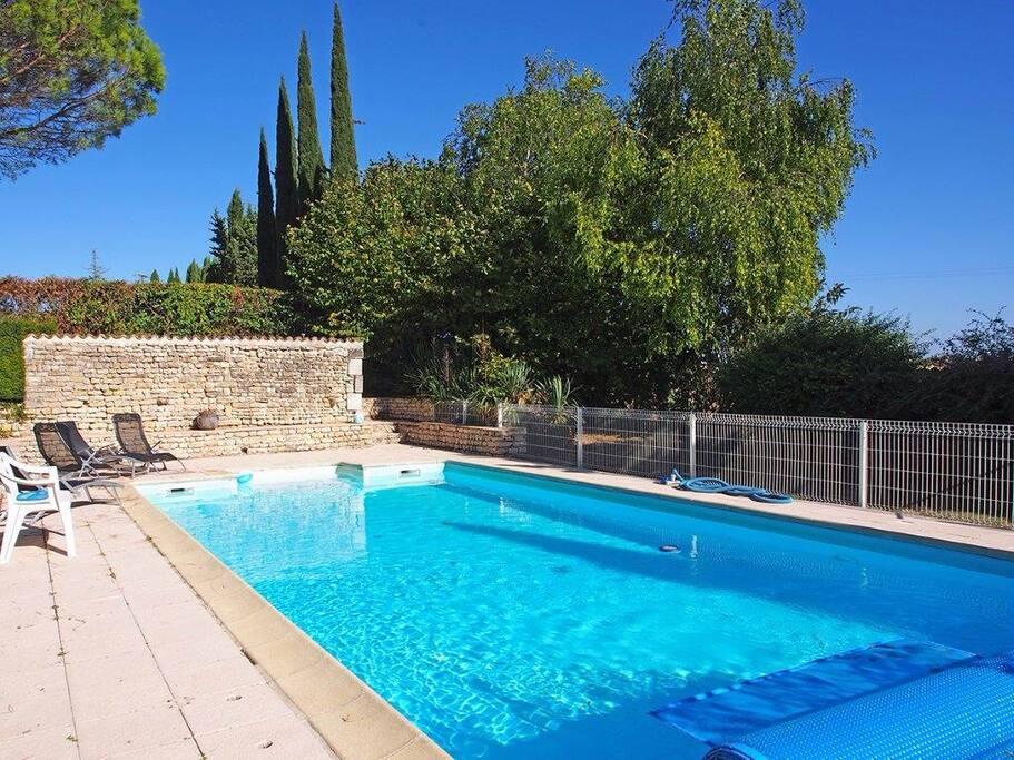 profondeur de 1,30 m ce qui permet d'avoir pied partout ce qui est convivial et une bonne température de l'eau la piscine mesure 10mx5m