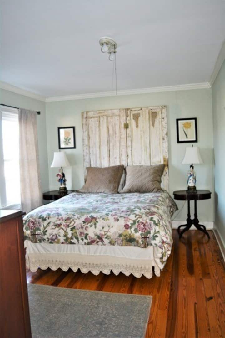 Adorable Private Suite 2 Blocks From the Beach!