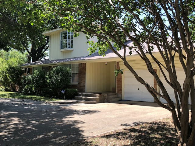 Big 4 Bed 2 Bath with a pool. Close to down town