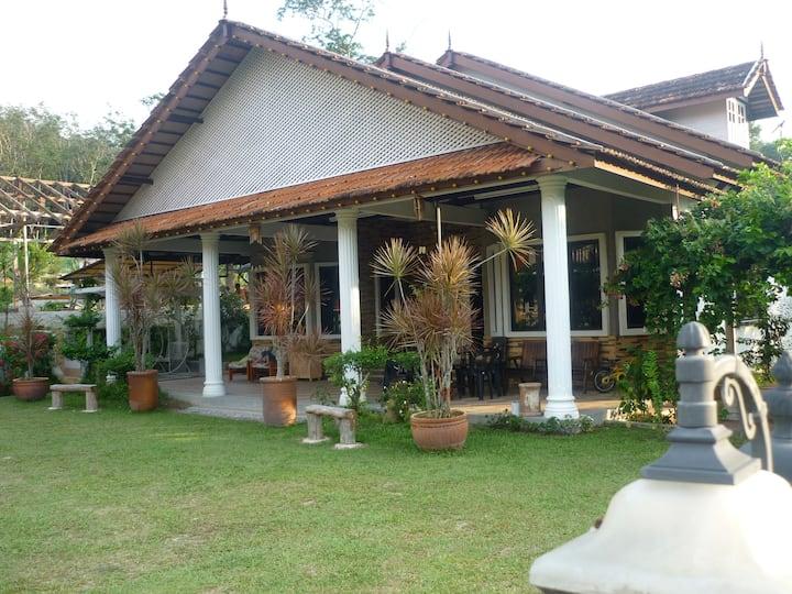 Banglo Santalia, Laman Ejo. 12pax. Tenang & Nyaman
