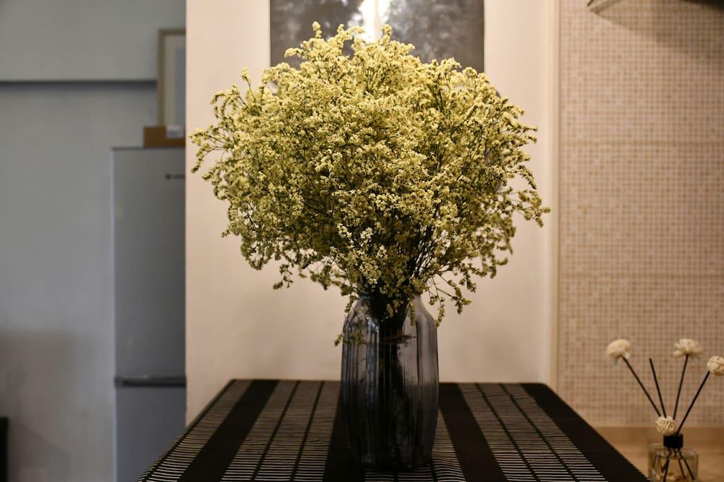 自己去花市挑选的花瓶,放在吧台上
