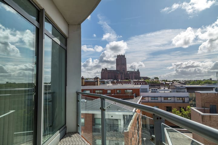 City Centre Apartment w superb view & parking