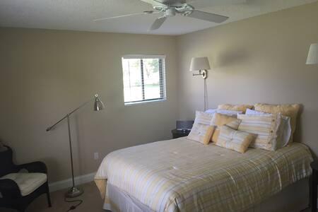 Bed and breakfast. Spacious room. - Boynton Beach