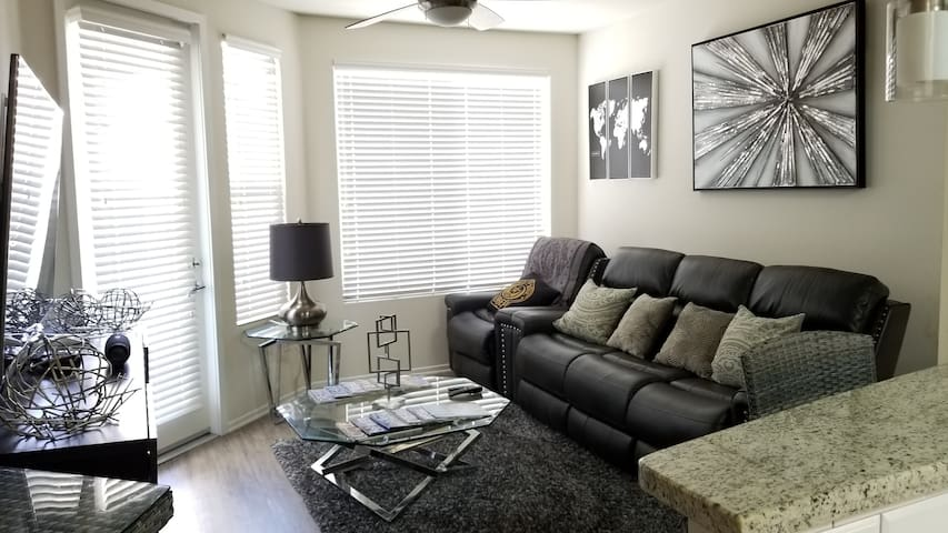 Immaculate 2Br/2Ba Centrally Located in San Diego!