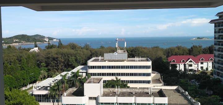 新房源 近公交车站 在马銮湾景区里面 楼层观景台可看海 下楼就是天然海滨浴场可游泳 海鲜烧烤等