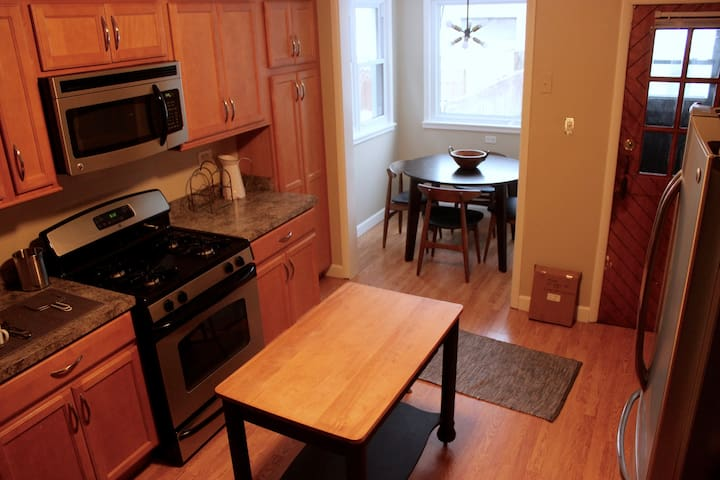 Charming, Spacious 3BR Lakeview Apt Near Transit