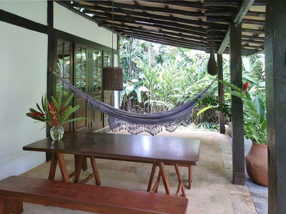 Varanda inferior, redes, cadeiras, mesa, vista. Lazer.