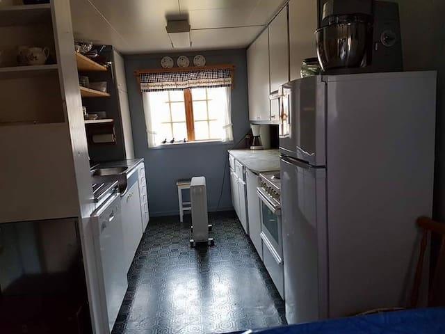 Kjøkken med spisebord til 6-8 personer