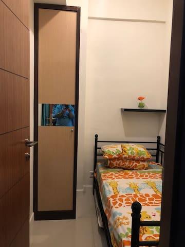 Kamar Tidur 2 (Tempat Tidur Single) dengan lemari kecil