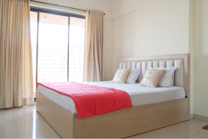 Private room in a 3bhk - Bandra East with B&B