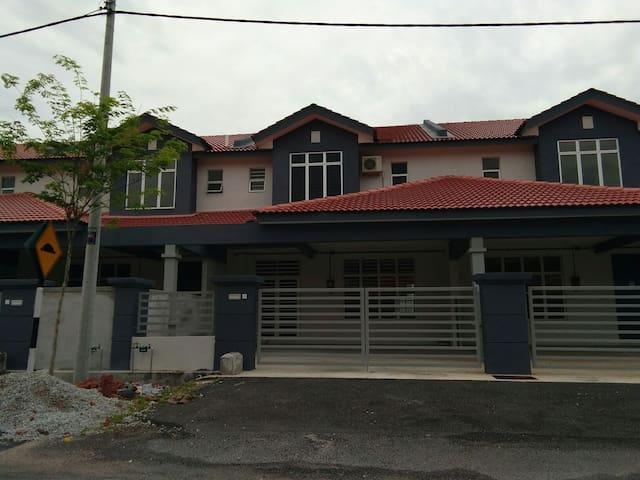 Homestay Taman Sutera Wangi - Batu Berendam - House