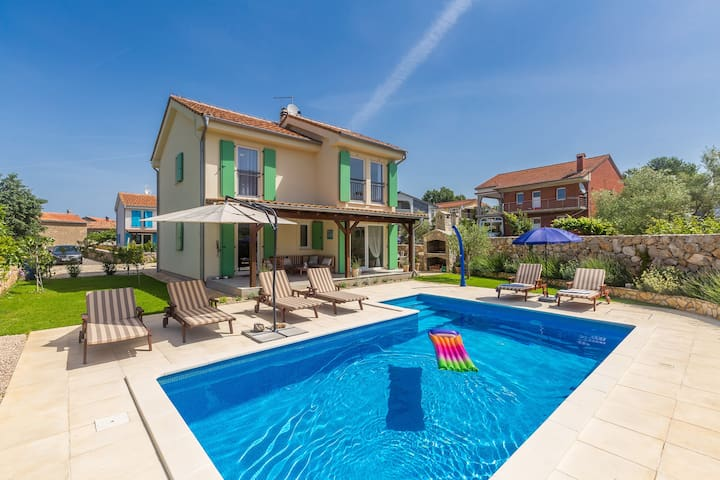 Beautiful holiday house with pool for 8 people