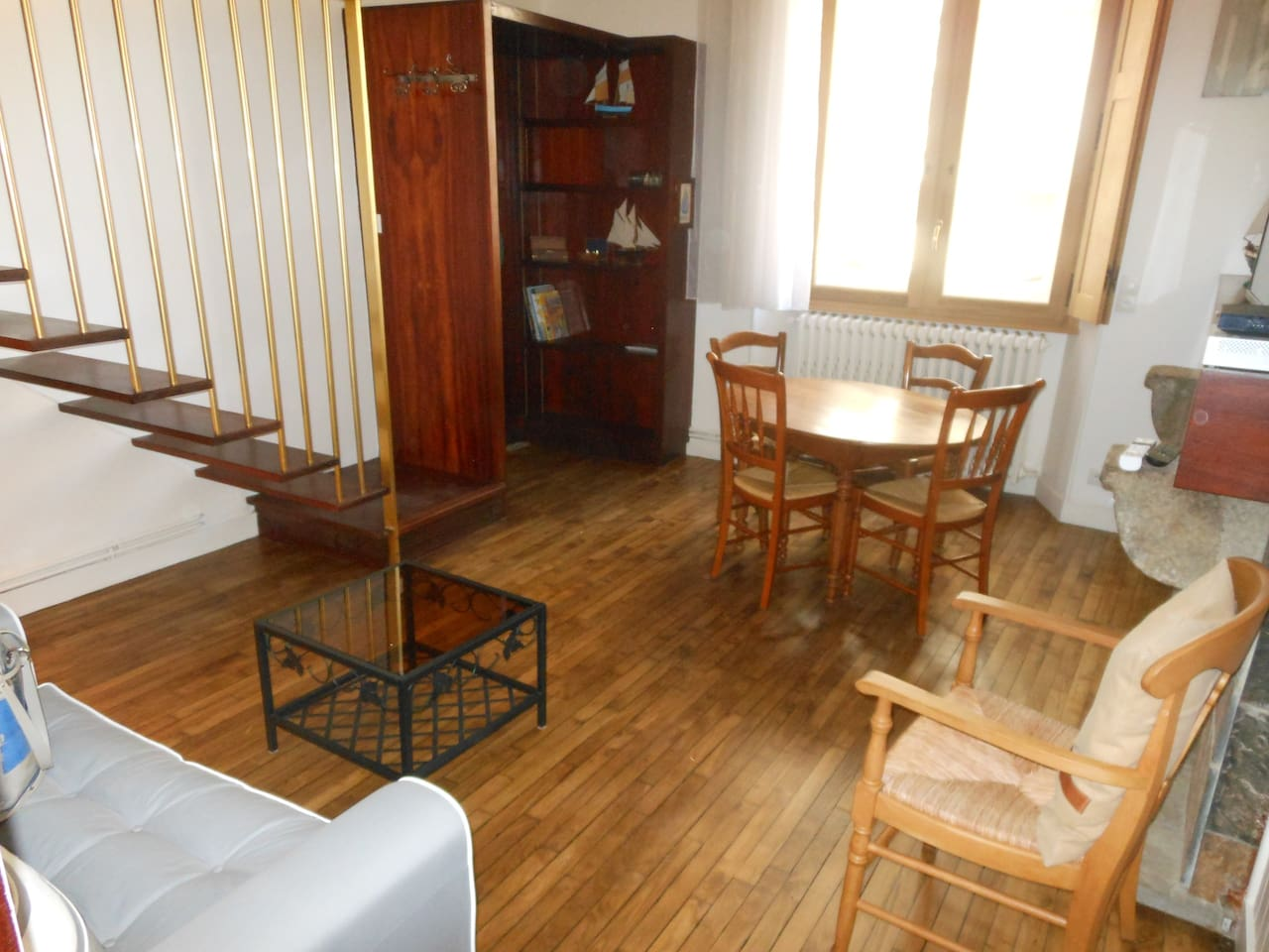Appartement lumineux grâce à sa fenêtre de plus de 4 m de hauteur.