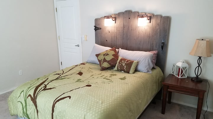 Quiet spacious room mtn views w/TV and 1G internet