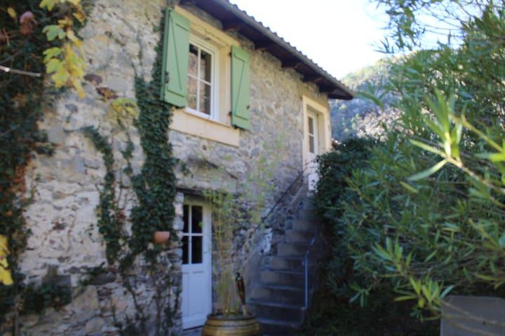 Chambre spacieuse dans maison en pierres