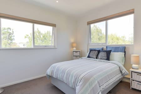 Light, airy and comfortable room - Elwood