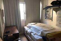 Quarto cama casal + Colchão solteiro