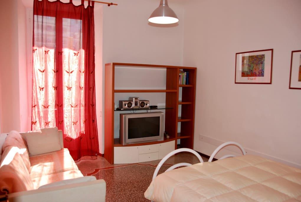 Camera con letto matrimoniale (o due letti singoli) e divano