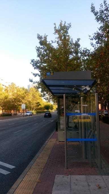 parada de autobús línea 42 y N23 (3 minutos de la casa)