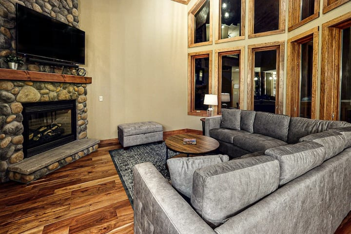 Deluxe, Lakefront Condo w/ Free WiFi, Central A/C, Gas Fireplace, & Private Dock