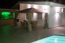 Außenbereich mit Bar und Pool