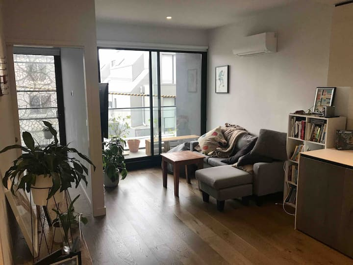 2 x bed, bath & balcony in buzzing suburb Richmond