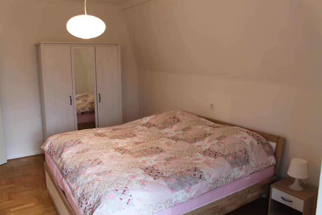 """""""Weißes Zimmer"""" mit neuem Doppelbett (1,80m x 2m)"""