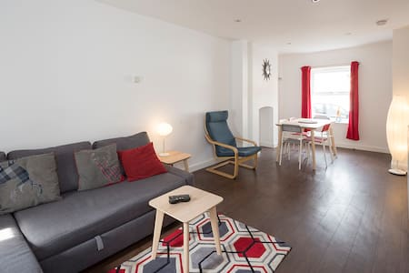 Sunny Terrace , Maidstone, Sleeps 7 with parking