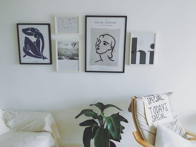 位置优越×生活便利!大投影可做饭空调双房独立公寓,靠近地铁西客站兰州SOHO中心万辉广场省博物馆。